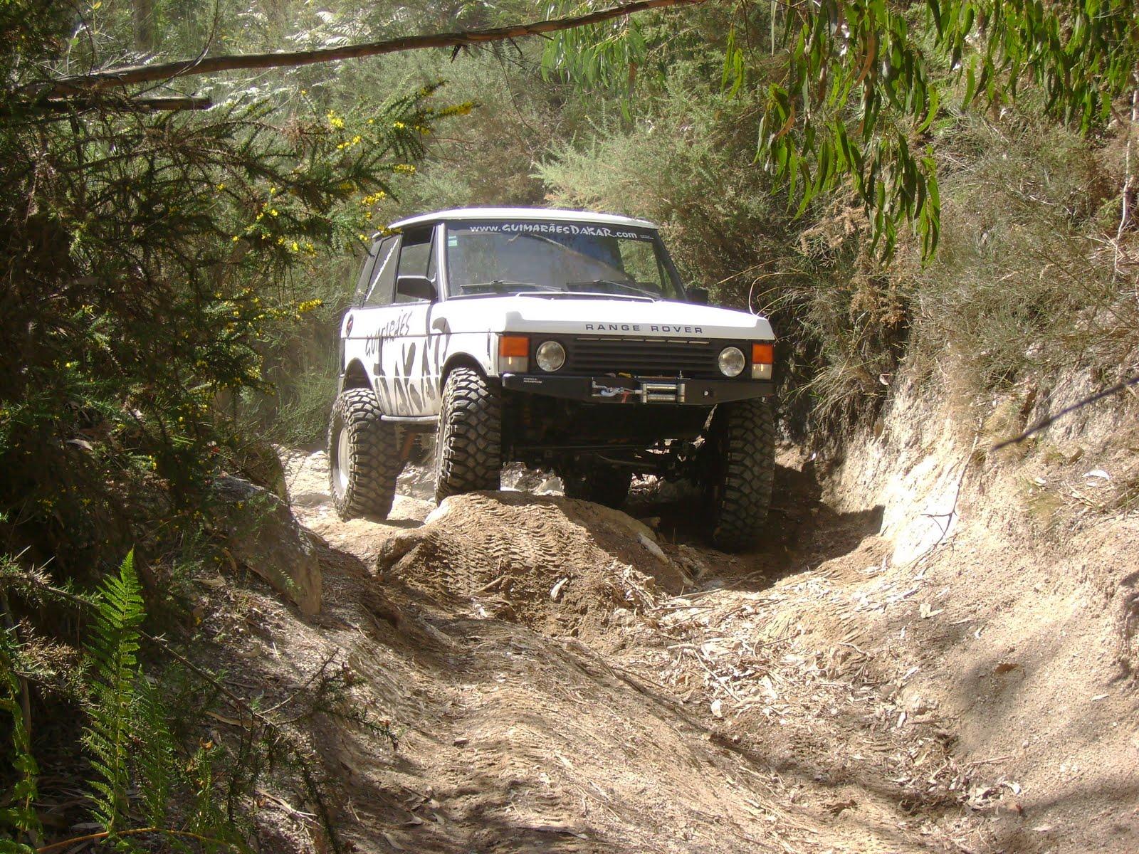 RangeRover a passar um obstaculo num percurso todo o terreno